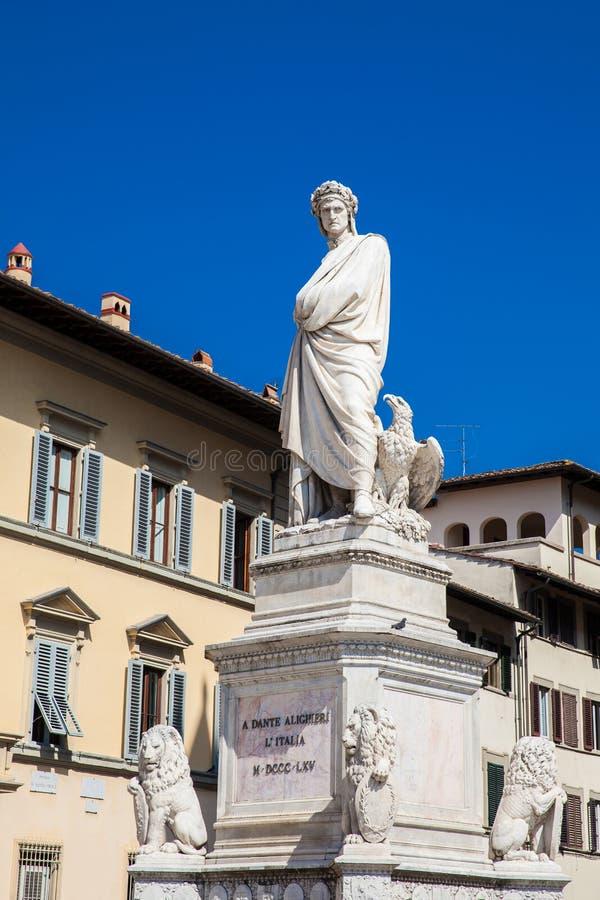 Standbeeld van Dante Alighieri in 1865 bij Piazza Santa Croce in Florence wordt opgericht dat stock foto's