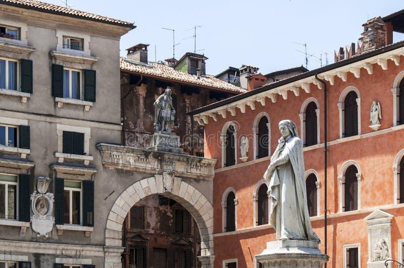 Standbeeld van Dante Alighieri in Verona royalty-vrije stock afbeeldingen