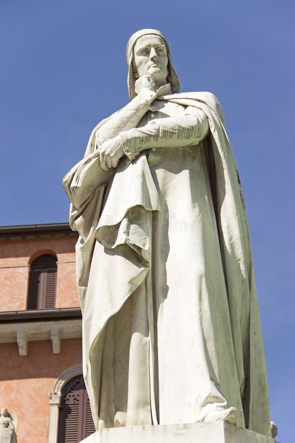 Standbeeld van Dante Alighieri in Verona stock afbeeldingen
