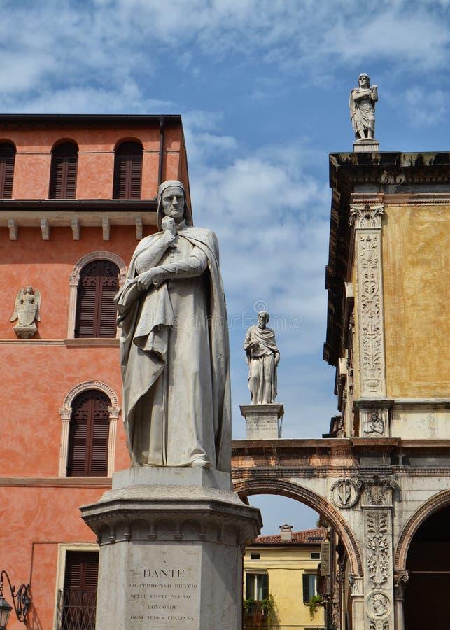 Standbeeld van Dante in Verona stock foto's