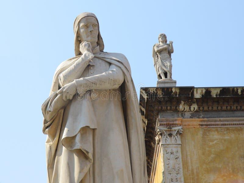 Standbeeld van Dante in Verona stock afbeeldingen