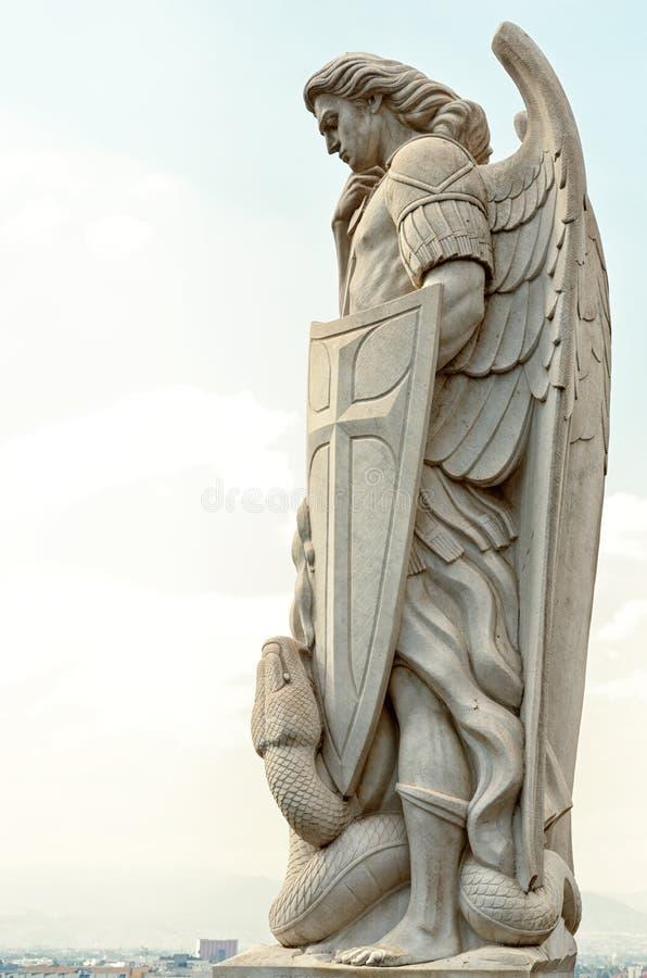 Standbeeld van de Aartsengel Michael dichtbij de Basiliek van Guadalupe i royalty-vrije stock foto's