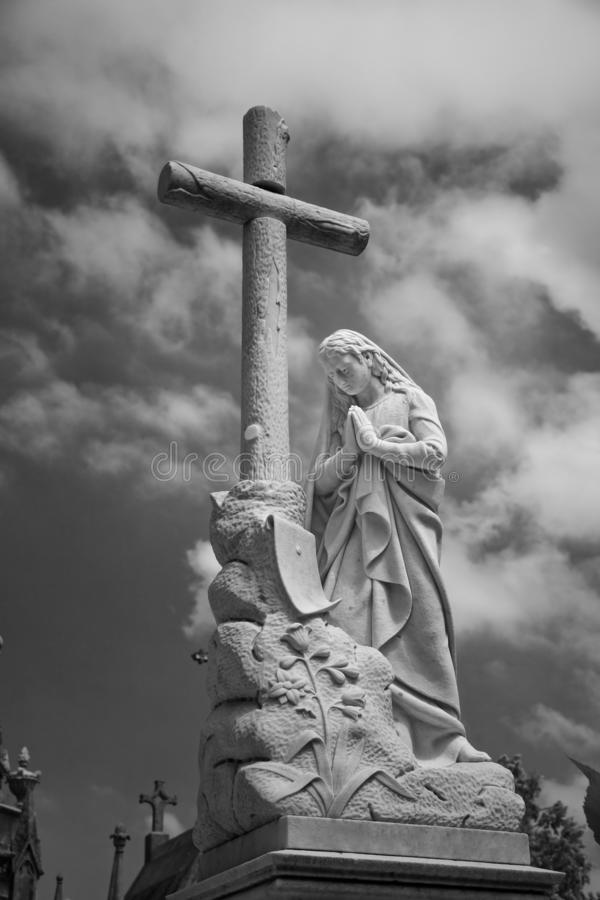 Standbeeld van de begraafplaats het zwart-witte dame royalty-vrije stock fotografie