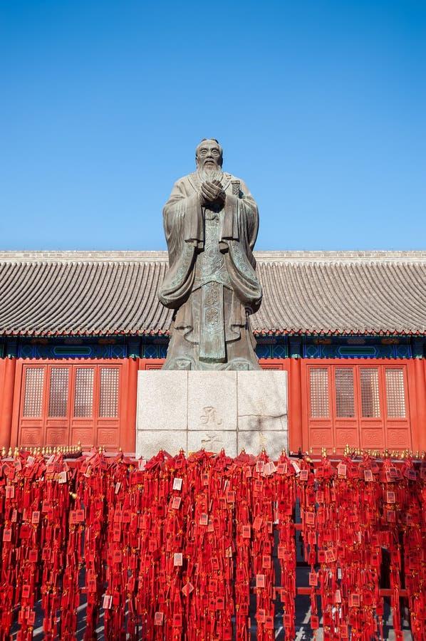 Standbeeld van de Chinese filosoof Confucius bij de Tempel van Peking Confucius stock afbeelding