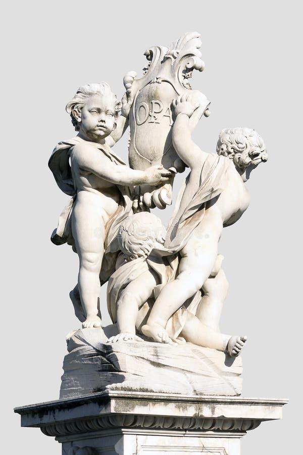 Standbeeld van de drie engelen dichtbij leunende toren van Pisa, Italië royalty-vrije stock foto's