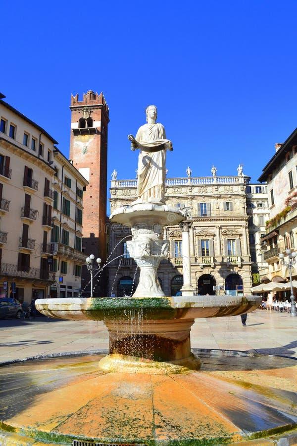 Standbeeld van de fontein van Madonna Verona royalty-vrije stock fotografie