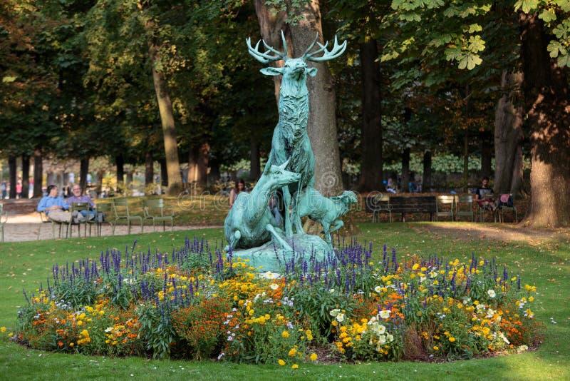 Standbeeld van de herten in de tuin van Luxemburg stock fotografie