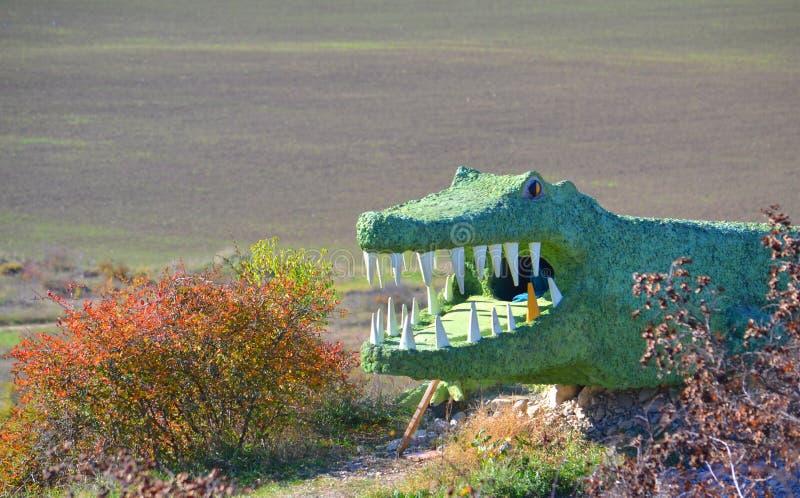 Standbeeld van de krokodil in de bergen stock foto's