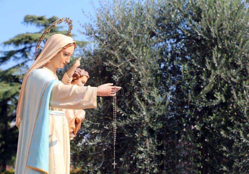 Standbeeld van de Madonna met het kind Jesus stock afbeelding