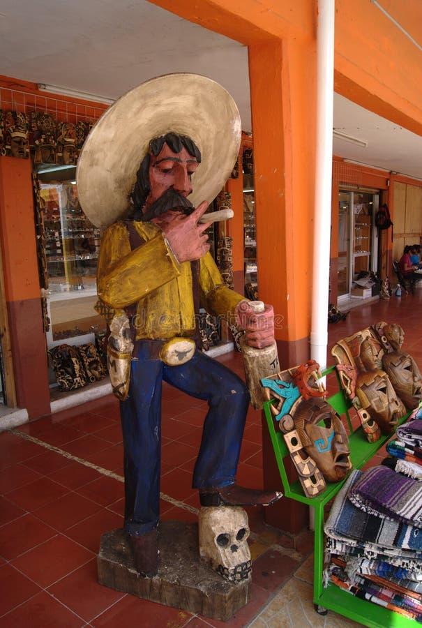 Standbeeld van de Mexicaanse mens en gesneden houten maskers stock fotografie