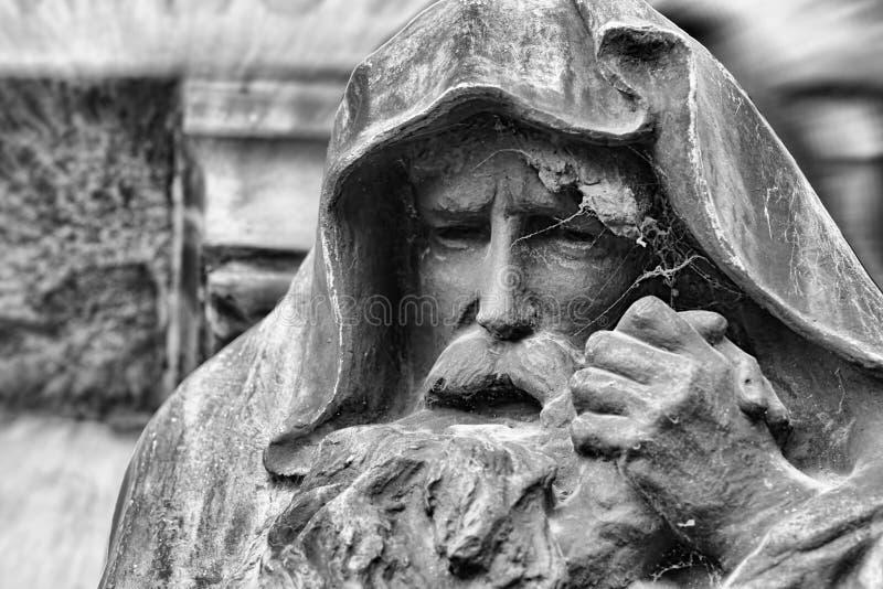 Standbeeld van de oude mens met een kap met baard stock afbeelding