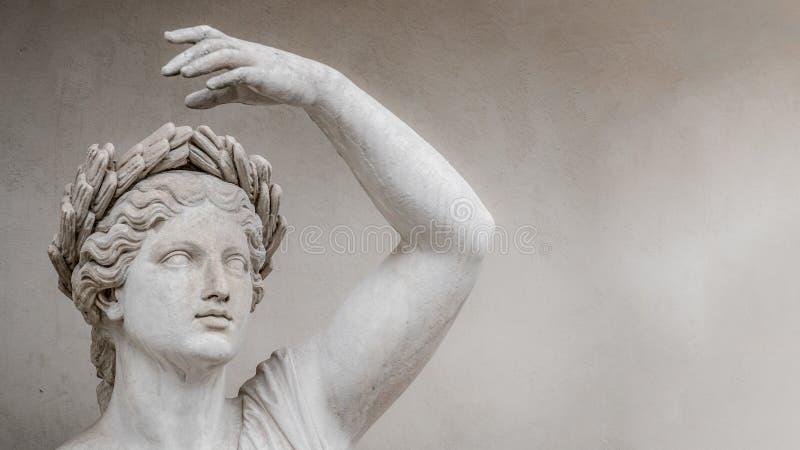 Standbeeld van de sensuele Roman vrouw van de renaissanceera in circlet van baaibladeren, Potsdam, Duitsland, details, close-up royalty-vrije stock fotografie
