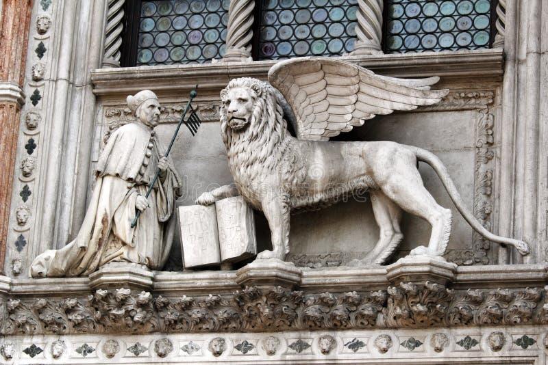 Standbeeld van de Venetiaanse Doge en de Leeuw op het Paleis van de Doge. stock foto's