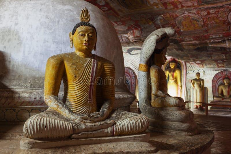 Standbeeld van de zitting van Boedha op de troon stock foto's
