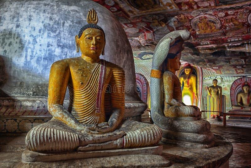 Standbeeld van de zitting van Boedha op de troon stock afbeelding