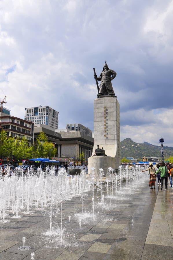 Standbeeld van de zon-Zonde van AdmiraalsYi met 12 23 fontein vooraan bij Gwanghwamun-Plein royalty-vrije stock fotografie