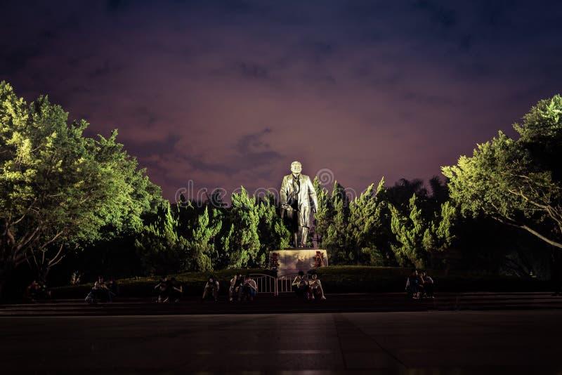 Standbeeld van deng het xiaoping in de nacht in a per in China royalty-vrije stock fotografie