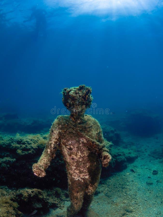 Standbeeld van Dionysus met een kroon van klimop in Claudio's Ninfeum onderwater, archeologie stock fotografie