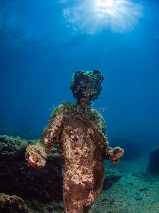 Standbeeld van Dionysus met een kroon van klimop in Claudio's Ninfeum onderwater, archeologie stock foto's