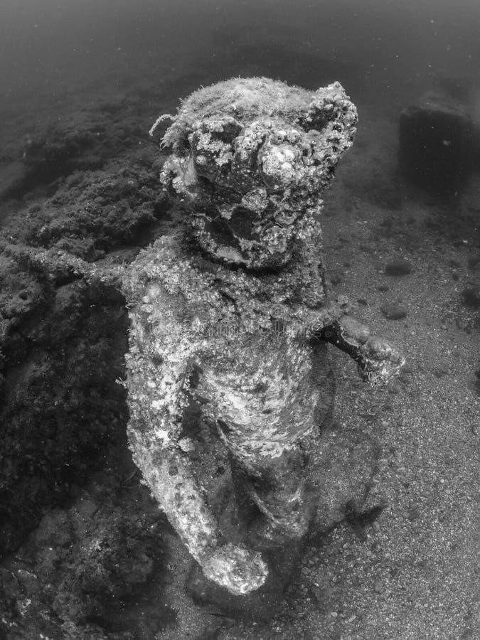 Standbeeld van Dionysus met een kroon van klimop in Claudio's Ninfeum onderwater, archeologie royalty-vrije stock foto