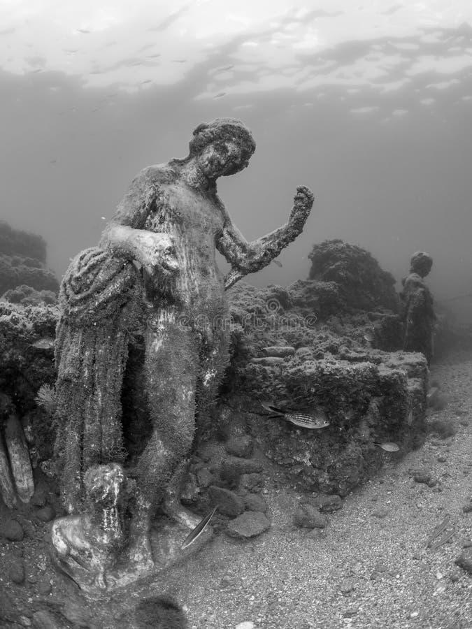 Standbeeld van Dionysus met panter in Claudio's Ninfeum onderwater, archeologie stock afbeelding