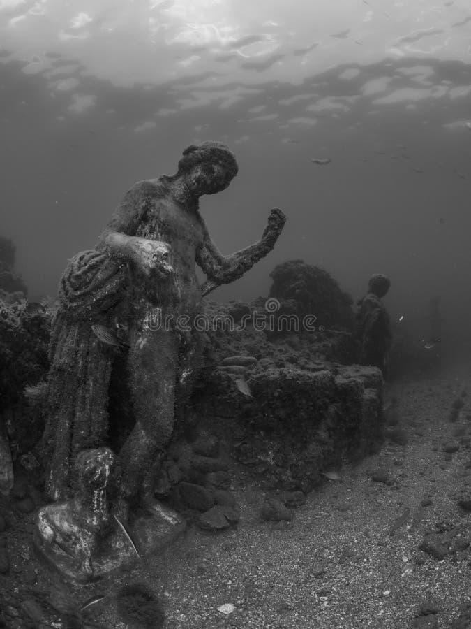 Standbeeld van Dionysus met panter in Claudio's Ninfeum onderwater, archeologie royalty-vrije stock fotografie