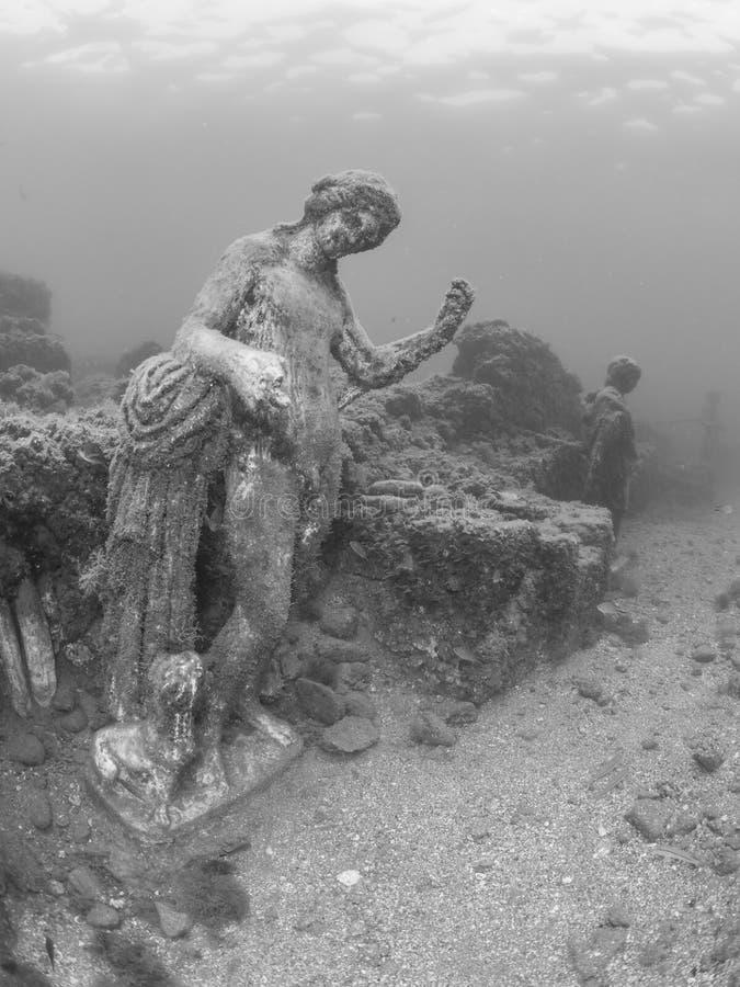 Standbeeld van Dionysus met panter in Claudio's Ninfeum onderwater, archeologie stock fotografie