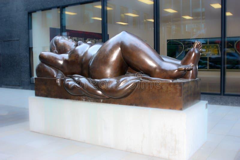 Standbeeld van Doende leunen Vrouw Fernando Botero in Vaduz is hoofdliechtenstein een beeldhouwer van Colombia 2 royalty-vrije stock fotografie
