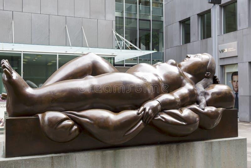 Standbeeld van Doende leunen Vrouw, kunstenaar Fernando Botero royalty-vrije stock foto