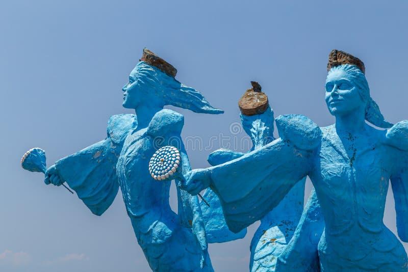Standbeeld van drie meerminnen die zich dichtbij oude medina, Hammamet bevinden stock fotografie