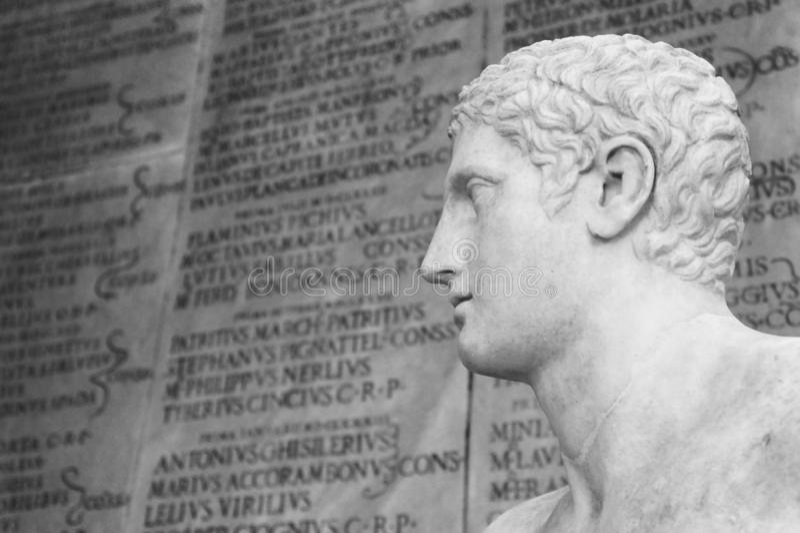 Standbeeld van een atleet Op achtergrond één of andere oude roman vage inschrijving Roman Forum van Th stock afbeelding