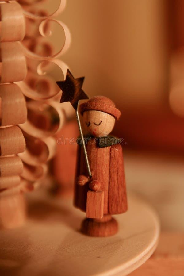 Standbeeld van een engel bij een Kerstmispiramide stock foto