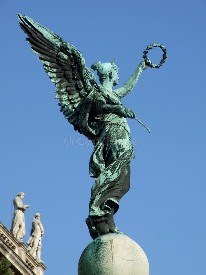 Standbeeld van een engel met kroon stock foto