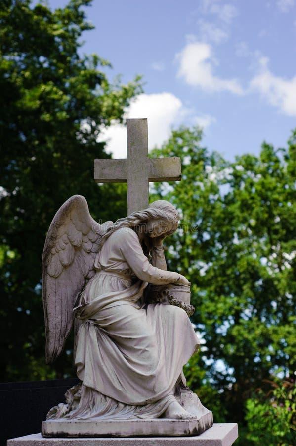 Standbeeld van een engel met kruis royalty-vrije stock afbeelding