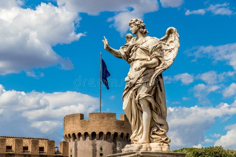 Standbeeld van een engel op het achtergrondkasteel Sant ` Angelo en vlag van Europese Unie, Rome, Italië royalty-vrije stock afbeeldingen