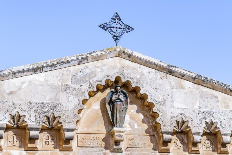 Standbeeld van een engel op het dak van een gebouw in de binnenplaats van Kerk van de Veroordeling en de Heffing van het Kruis di stock afbeelding