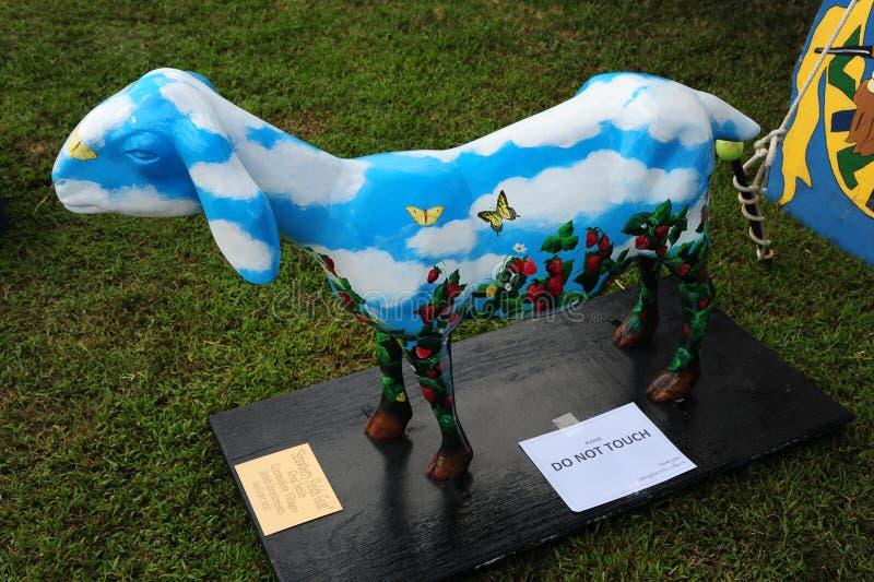 Standbeeld van een Geit met wolken en vlinders wordt geschilderd die stock afbeelding