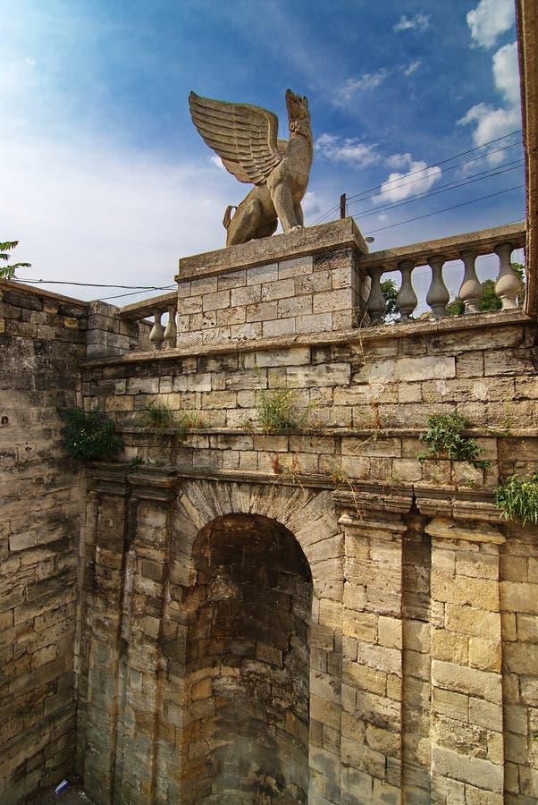 Standbeeld van een Griffioen één van de elementen van de ladder op onderstel Mithridates stock foto