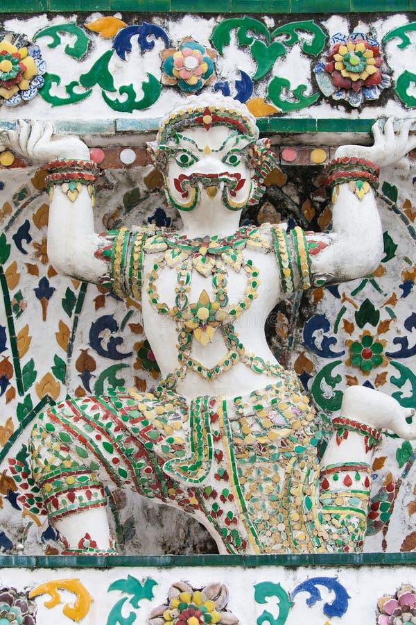 Standbeeld van een Krokodil ondersteunend een Prang in Wat Arun royalty-vrije stock afbeeldingen