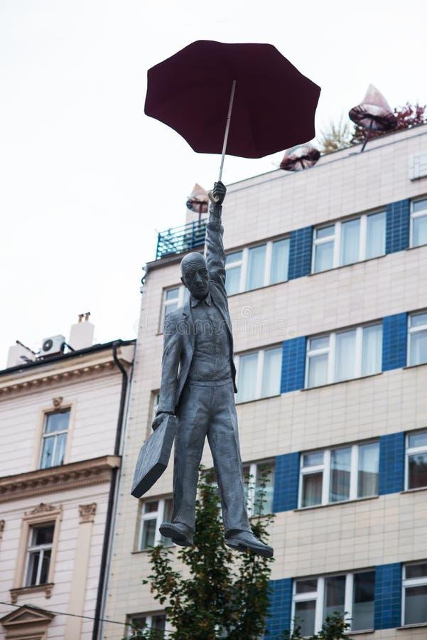 Standbeeld van een mens met een paraplu in Praag royalty-vrije stock afbeeldingen