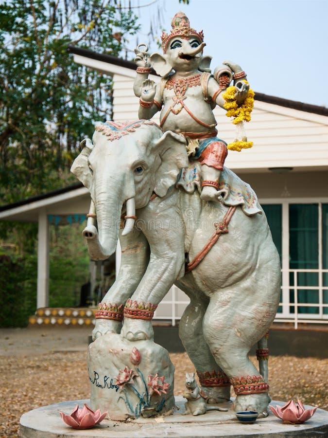 Standbeeld van een olifant met een ruiter in de Thaise huisbinnenplaats royalty-vrije stock foto's
