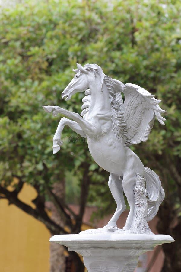 Standbeeld van een paard met een fontein stock foto's