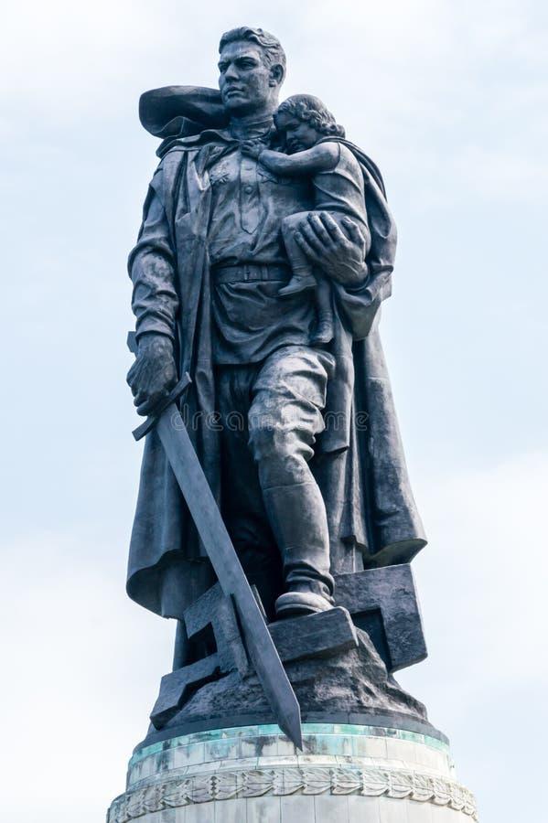 Standbeeld van een Sovjetmilitair met een zwaard die een Duits kind houden bij Treptower-Park stock afbeeldingen