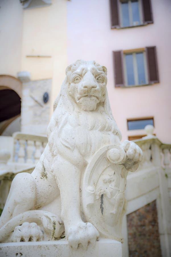 Standbeeld van een trotse leeuw met schild stock fotografie