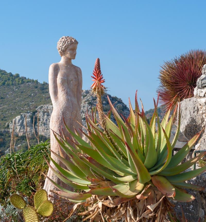 Standbeeld van een vrouw in de exotische tuin van Eze, Frankrijk stock fotografie