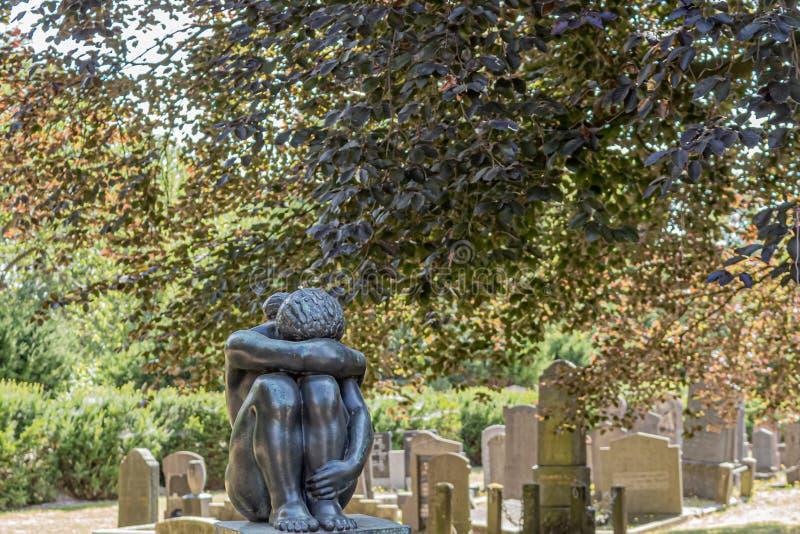 Standbeeld van een vrouw die op een begraafplaats schreeuwen royalty-vrije stock foto