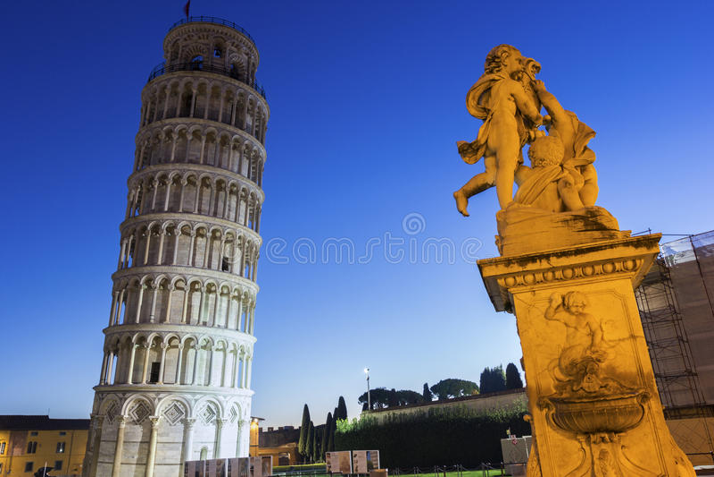 Standbeeld van Engelen dichtbij de Leunende Toren van Pisa in Italië stock fotografie