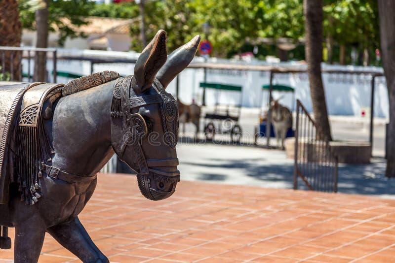 Standbeeld van ezel met echte ezel op de achtergrond stock afbeeldingen