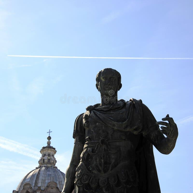Standbeeld van Gaius Julius Caesar bij de keizerforums van ROME Gaius Julius Caesar was een Roman politicus en militaire algemeen royalty-vrije stock fotografie