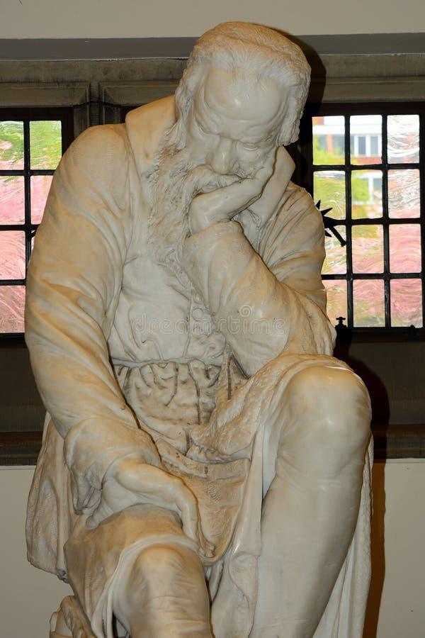 Standbeeld van Galileo Galilei op de Koningin` s Universiteit, Belfast, Nr stock afbeelding